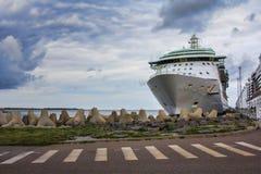 Cruiseschip in haven wordt gedokt die Royalty-vrije Stock Foto