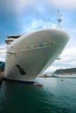 Cruiseschip in het duidelijke blauwe die overzees in de haven wordt gedokt Stock Foto