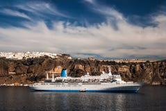 Cruiseschip in het Egeïsche Overzees van Santorini, Griekenland Stock Afbeeldingen