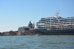 Cruiseschip in het Giudecca-kanaal in Venetië royalty-vrije stock foto
