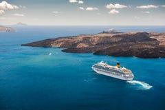 Cruiseschip in het mooie blauwe overzees Stock Afbeeldingen