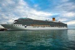 Cruiseschip in het overzees op de achtergrond van blauwe hemel Stock Afbeelding