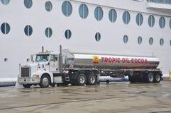 Cruiseschip het van brandstof voorzien stock fotografie