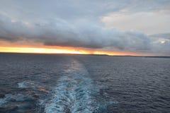 Cruiseschip het vertrekken Sydney bij schemer Stock Foto