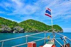 Cruiseschip met nationale de vlagrubriek van Thailand aan Angthong-eiland nationaal marien park dichtbij Samui-eiland door zeer m royalty-vrije stock fotografie