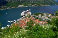 Cruiseschip in mooie de zomeraard stock fotografie