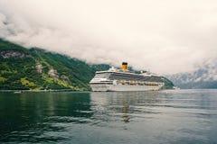 Cruiseschip in Noorse Fjord Passagiersvoering in haven wordt gedokt die Reisbestemming, toerisme Avontuur, ontdekking royalty-vrije stock foto