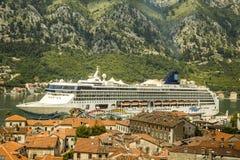 Cruiseschip onder de stedelijke daken Stock Afbeeldingen