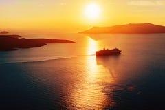 Cruiseschip onder eilanden in zonsonderganglicht Stock Foto