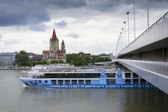 Cruiseschip op Donau met St Francis van de Kerk van Assisi op Mexikoplatz op 7 Mei 2012 in Wenen, Oostenrijk Royalty-vrije Stock Foto