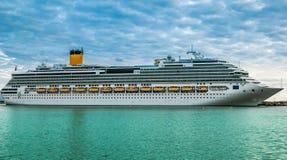 Cruiseschip op een mooie dag wordt gedokt die Stock Foto