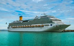 Cruiseschip op een mooie dag wordt gedokt die Royalty-vrije Stock Foto's