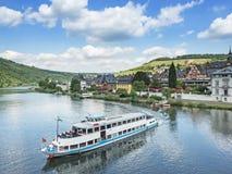 Cruiseschip op rivier Moezel dichtbij stad traben-Trarbach stock foto's