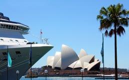 Cruiseschip in Sydney Harbour, Australië Stock Foto's