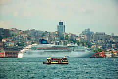 Cruiseschip tegen kleine toeristenboot in de Haven van Istanboel Royalty-vrije Stock Afbeelding