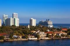 Cruiseschip uit aan Overzees Stock Fotografie