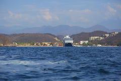 Cruiseschip van de kust van Huatulco mexico royalty-vrije stock foto