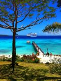 Cruiseschip van een tropisch paradijseiland dat wordt vastgelegd stock afbeeldingen