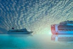 Cruiseschip, Veerboot varen langs gevolgd in het overzees in de heldere zonsondergang stock afbeeldingen