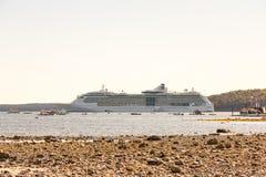Cruiseschip voorbij Rocky Beach Stock Afbeeldingen