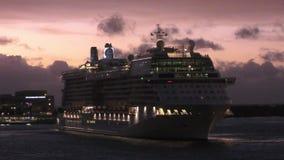 Cruiseschip in vroege ochtend stock video