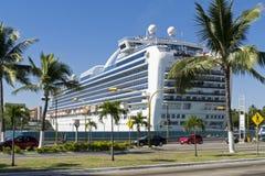 Cruiseship在一个热带港口 免版税图库摄影