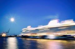 Cruiseship, Amburgo, città, crociera della nave del porto moderna fotografia stock libera da diritti