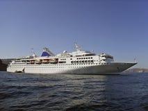 Cruiseship aux îles grecques Images stock