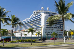 Cruiseship dans un port tropical photographie stock libre de droits