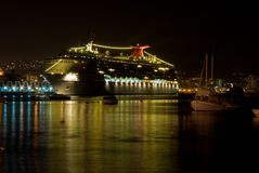 Cruiseship, das nachts sich reflektiert Lizenzfreies Stockfoto