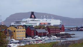 Cruiseship di Torshavn dietro Tinganes su isole faroe immagine stock libera da diritti