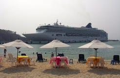 Cruiseship dichtbij het strand Stock Afbeelding