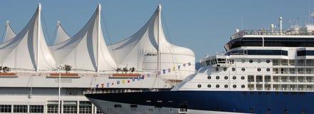 Cruiseship en el lugar de Canadá Fotos de archivo