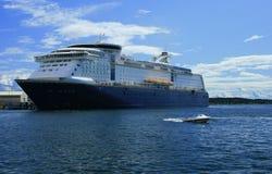 Cruiseship en puerto Foto de archivo