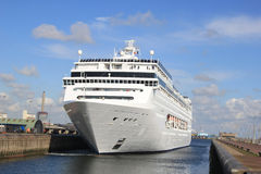 Cruiseship grande en un bloqueo Imagen de archivo libre de regalías