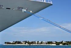 Cruiseship met de Achtergrond van het Eiland royalty-vrije stock foto