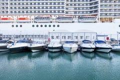 Cruiseship met jachten stock fotografie
