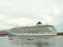 Cruiseship nel porto di Dublino Fotografia Stock