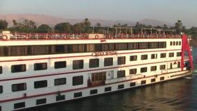 Cruiseship no Nilo do rio em Egito video estoque