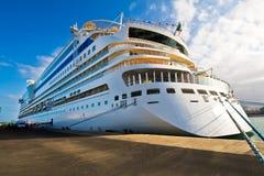 Cruiseship in un porto Fotografie Stock Libere da Diritti