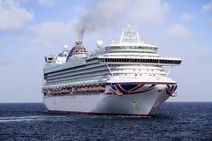 Cruiseship Ventura die de haven van Alicante met de proefsnijdersboot verlaten Stock Foto