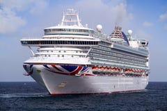 Cruiseship Ventura die de haven van Alicante met de proefsnijdersboot verlaten Royalty-vrije Stock Fotografie