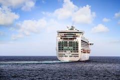 Cruiseship Ventura die de haven van Alicante met de proefsnijdersboot verlaten Stock Afbeelding