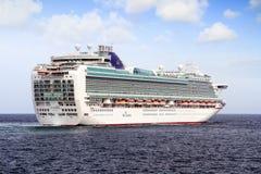 Cruiseship Ventura die de haven van Alicante met de proefsnijdersboot verlaten Stock Fotografie