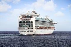 Cruiseship Ventura die de haven van Alicante met de proefsnijdersboot verlaten Royalty-vrije Stock Foto