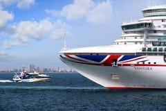 Cruiseship Ventura som lämnar porten av Alicante med det pilot- skärarefartyget royaltyfri bild