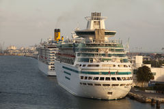 Cruiseships dans le port de Maimi Photo stock