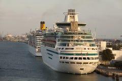 Cruiseships en el acceso de Maimi Foto de archivo