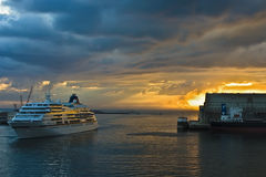 cruiseshipsoluppgång Royaltyfri Bild