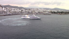 Cruisesschip die Naxos-haven, Griekenland verlaten stock video
